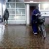 Nederland, Amsterdam, 18 november 2017, nikab dragende vrouw met fiets, Insulindewegfoto: Katrien Mulder