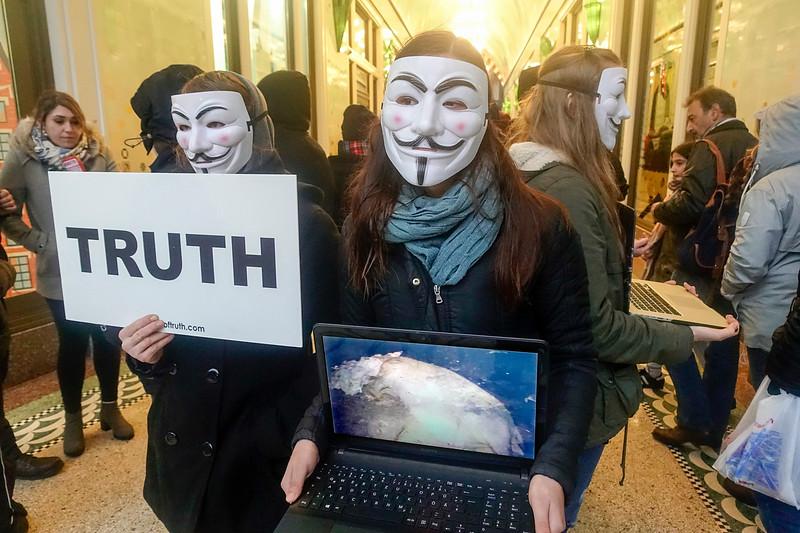 Nederland, Amsterdam, 18 november 2017, gemaskerde dierenactivisten van 'Anonymous for the voiceless' voeren actie in de passage tussen Damrak en Nieuwendijk. Ze propageren een veganistische lifestyle; foto: Katrien Mulder