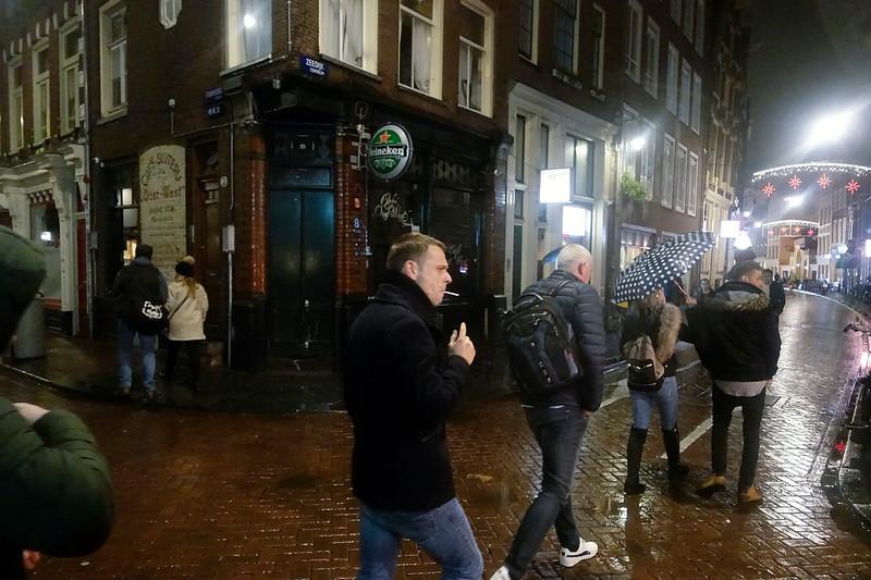 Nederland, Amsterdam, 20 november 2017, Zeedijk regen, foto: Katrien Mulder