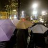 Nederland, Amsterdam, 20 november 2017, groep Aziatische toeristen in de regen op de Dam, foto: Katrien Mulder