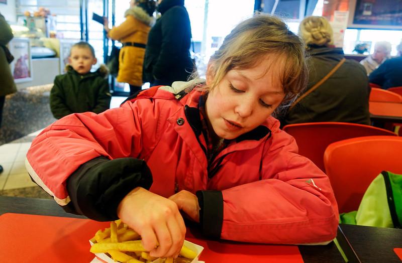 Nederland, Amsterdam, 29 november 2017, Janne eet patatje met pindasaus bij de Febo in de eerste van Swindenstraat, , foto: Katrien Mulder