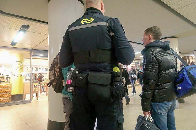 Nederland, Amsterdam, 30 november 2017, spoorwegpolitie Centraal Station,  foto: Katrien Mulder