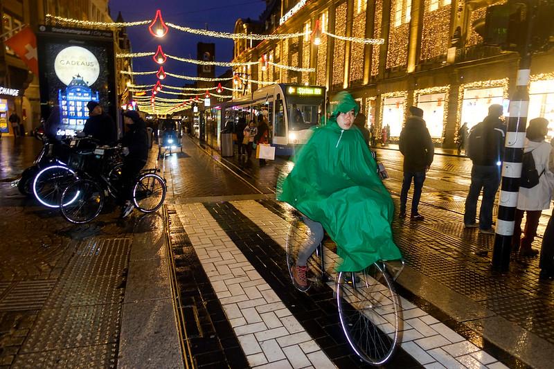 Nederland, Amsterdam, fietspad, Damrak, 30 november 2017, foto: Katrien Mulder