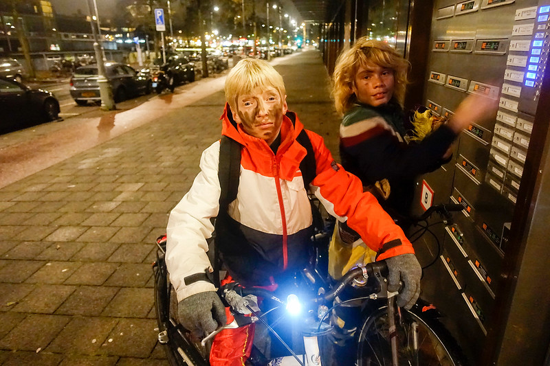 Nederland, Amsterdam, twee roetveegpieten aan het einde van een lange werkdag, 3 december 2017, foto: Katrien Mulder