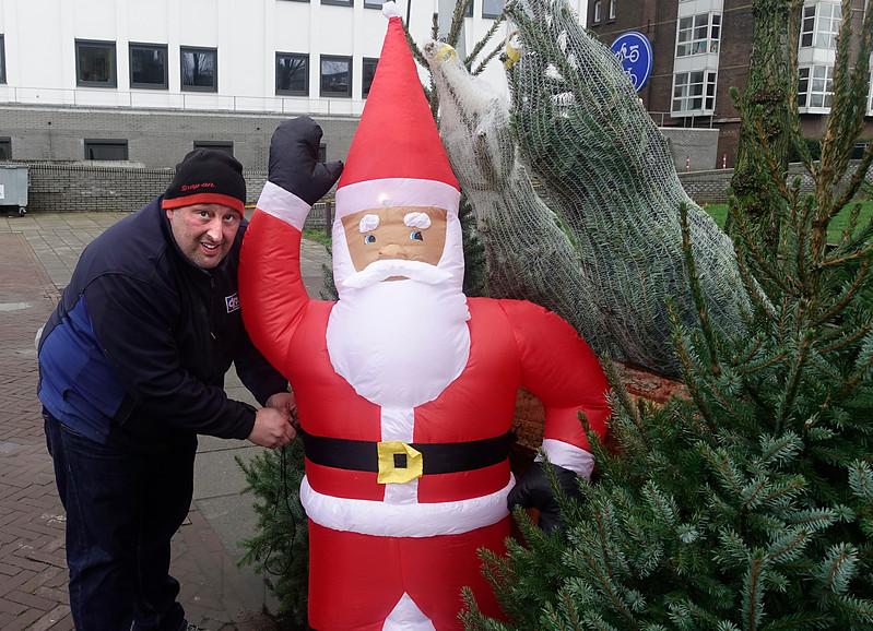 Nederland, Amsterdam, Kerstboom verkoper legt de laatste hand aan de uitstalling van zijn handel. hoek Cruquiuswg en Veelaan, 4 december 2017, foto: Katrien mulder