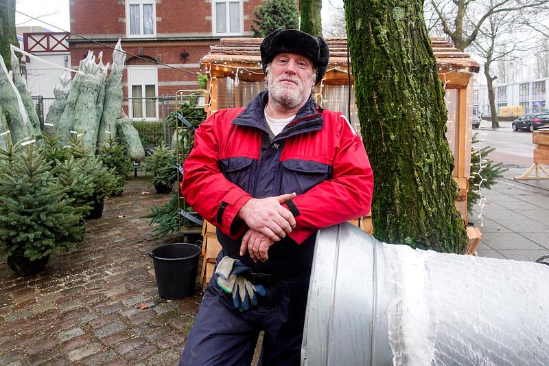 Nederland, Amsterdam, 20 december 2017, kerstboomverkoper,  foto: Katrien Mulder
