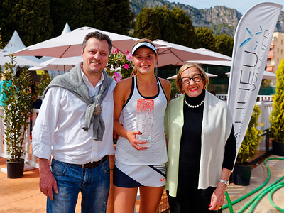 01.05c Katarina Zavatska with fans - Beaulieu-sur-mer juniors 2017