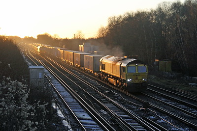66570 Worting Junction 27/12/17 4M67 Southampton to Hams Hall passing 4Y19 with 66752 on the rear
