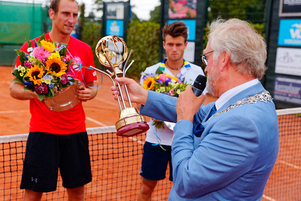 01.07a Mayor congratulates Thiemo for winning for 3rd time - Future Alkmaar 2017