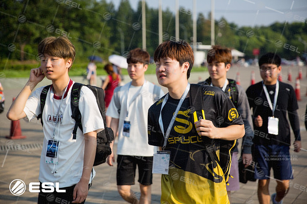 The players are on the way to the venue to compete in the Intel Extreme Masters Shanghai 2017