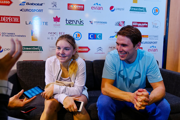 01.04c Maria Timofeeva and coach happy at press - Les Petits As 2017