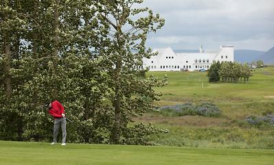 Davíð Guðmundsson slær á 16. braut.