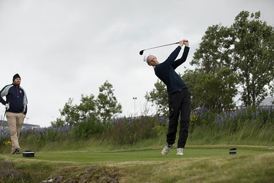 Ernir Sigmundsson slær á 15. teig.
