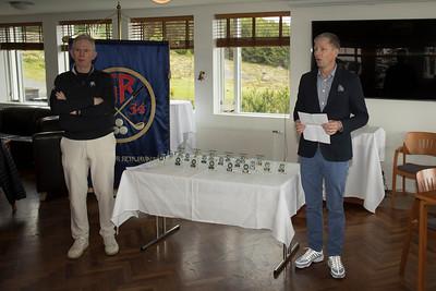 David Barnwell golfkennari hjá GR og Björn Víglundsson sáu um að veita verðlaun á lokahófi unglinga sem haldið var 4. júní, við lok þriðja keppnisdags.