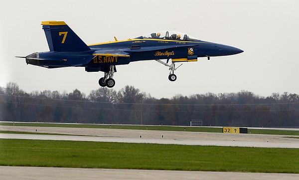 MET 112117 BLUE ANGELS LANDING