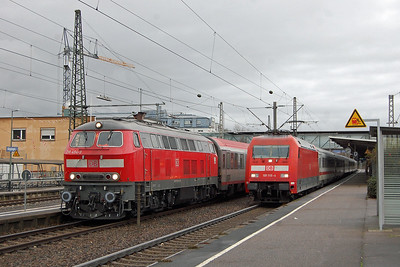 101115 passes through Goppingen at speed with IC 2264, the 1247 from Munchen Hbf to Karlsruhe. In the adjacent platform is 218494 on IC 119, which had been regulated due to late running (25/11/2017)