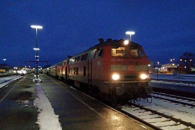 Night falls as 218326 + 218487 pause at Kempten with RE 2013. Just visible on the left are 218429 and 223007, both with trains for Munchen (26/11/2017)