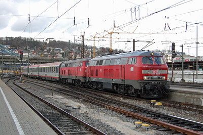Shortly afterwards 218495 + 218343 are seen arriving into Ulm from the opposite direction with corresponding southbound working, IC 119 0703 from Munster to Innsbruck (25/11/2017)