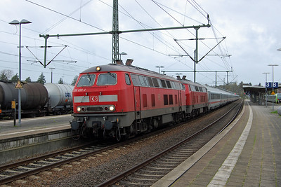 218833 + 218 arrive at Itzehoe with IC the from Westerland to . The pair were exchanged here for a '101' Class electric locomotive for the onward journey (28/10/2017)