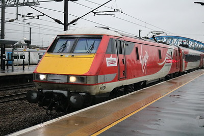 91132 arrives from Kings Cross heading north.