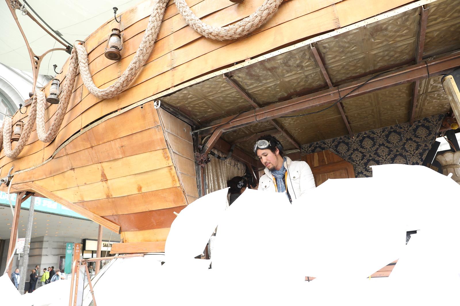 Outside of venue-Reg-Yappy-Lines-Boat