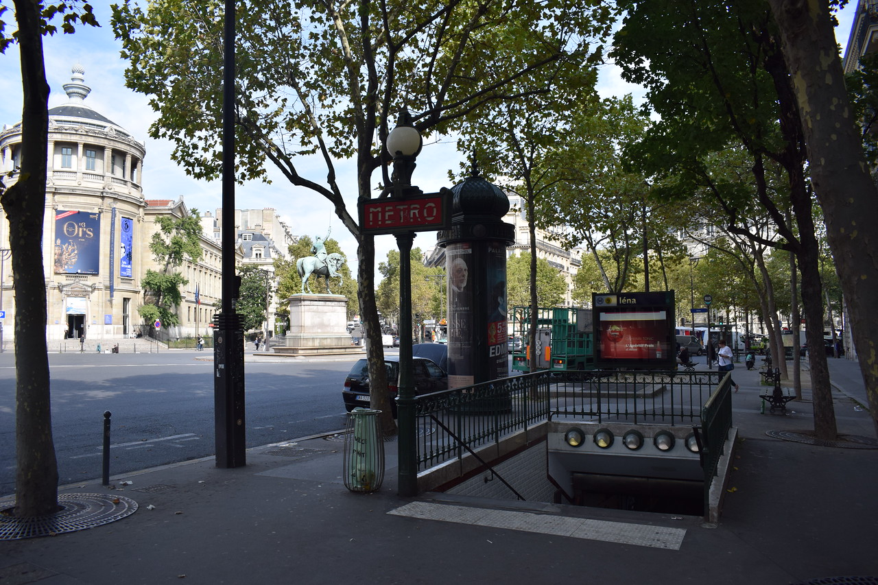 Iena station entrance on the Paris Metro, with the classic Metropolitan signage.