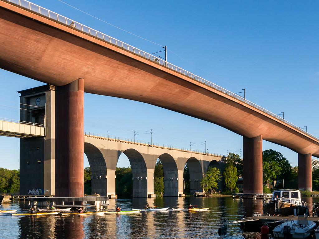 Under järnvägsbroarna