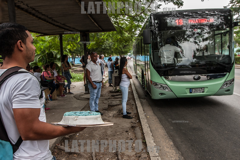 Cuba : Un hombre con un pastel frente a un autobús eléctrico en Cuba - E12 - ómnibus eléctrico de Cuba / Daniel Ríos Santos, driver of the first electric bus that will circulate in Cuba - electric bus powered by electricity / A man with a cake in front of an electric bus in Cuba / Kuba :  Ein Mann mit einer Torte vor einem Elektrobus in Kuba © Reno Massola/LATINPHOTO.org