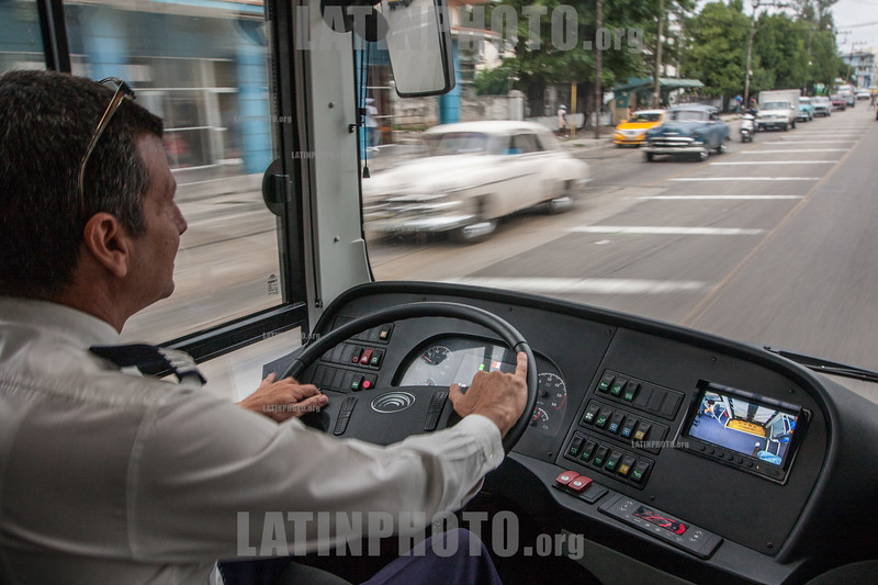 Cuba : Daniel Ríos Santos , chofer de la primera guagua eléctrica que circulará en Cuba - E12 - ómnibus eléctrico de Cuba / Daniel Ríos Santos, driver of the first electric bus that will circulate in Cuba - electric bus powered by electricity / Kuba :  Daniel Ríos Santos , Fahrer des ersten elektrischen Busses auf Kuba © Reno Massola/LATINPHOTO.org