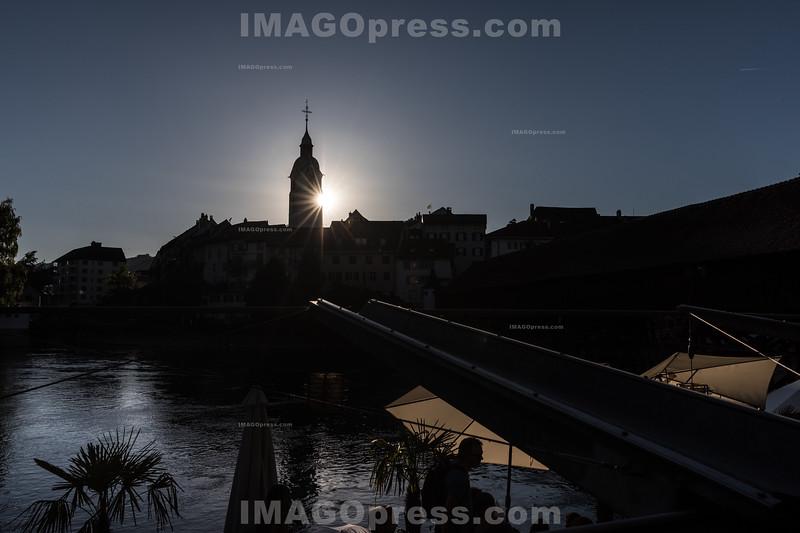 Sonnenuntergang bei der Altsatdt in Olten - Silhouette  der Stadtkirche in der Altstadt © Patrick Lüthy/IMAGOpress.com