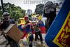 """Venezuela - Caracas 22 de julio, la Guardia Nacional Bolivariana dispara perdigones y hace la """"gestos""""con la mano durante la marcha de protesta al TSJ para intentar dispersar a los manifestantes. Hasta finales de horas de la tarde se presentaron fuertes enfrentamientos en varios sectores de la capital en otra jornada de manifestaciones contra el régimen de Nicolás Maduro y su llamado a una Constituyente. Protests in Caracas on July 22th against Nicolás Maduro regime  / Venezuela :  Ausschreitungen am 22. Juli 2017 in Caracas - Demonstranten der Opposition  kämpfen auf der Strasse gegen den Polizeieinsatz der Regierung Maduros  - Inmitten der Demonstranten spielt ein Mann umhüllt mit der Nationalflagge Geige © Leo Álvarez /LATINPHOTO.org"""