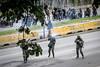 """Venezuela - Caracas 22 de julio, la Guardia Nacional Bolivariana dispara perdigones y hace la """"gestos""""con la mano durante la marcha de protesta al TSJ para intentar dispersar a los manifestantes. Hasta finales de horas de la tarde se presentaron fuertes enfrentamientos en varios sectores de la capital en otra jornada de manifestaciones contra el régimen de Nicolás Maduro y su llamado a una Constituyente. Protests in Caracas on July 22th against Nicolás Maduro regime  / Venezuela :  Ausschreitungen am 22. Juli 2017 in Caracas - Demonstranten der Opposition  kämpfen auf der Strasse gegen den Polizeieinsatz der Regierung Maduros  © Leo Álvarez /LATINPHOTO.org"""