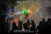 México - Xonacatlan ( octubre 8, 2017 ) Habitantes de Xonacatlán brincan entre las chispas de los juegos pirotecnicos que salen disparados de los toritos que son quemados en honor a San Francisco de Asis , duranrte la festividad religiosa que se celebra cada año / Mexiko : An den Feierlichkeiten zu Ehren des heiligen Franziskus von Assisi wird in der Gemeinde Xonacatlan aus einem Stier Feuerwerk gezündet -  pyrotechnische Darstellung - Feuerwerkskörper - Funken © Mario Vázquez de la Torre/LATINPHOTO.org