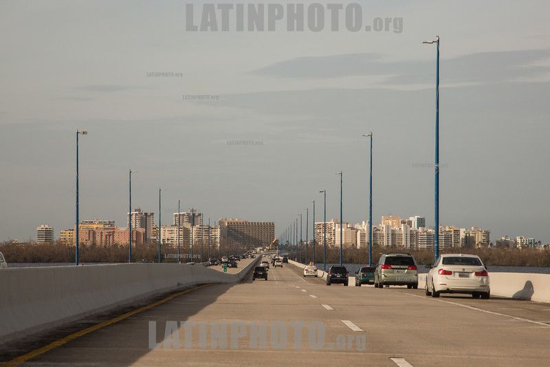 Puerto Rico : San Juan , PR. Locals park their cars on Teodoro Moscozo  bridge where celll phone signal works after hurricane Maria hit the island / Hurricane Maria slams Puerto Rico / Puerto Rico : Hurrikan Maria verwüstet Puerto Rico © Rob Zambrano/LATINPHOTO.org