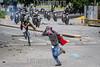 """Venezuela - Caracas 22 de julio, la Guardia Nacional Bolivariana dispara perdigones y hace la """"gestos""""con la mano durante la marcha de protesta al TSJ para intentar dispersar a los manifestantes. Hasta finales de horas de la tarde se presentaron fuertes enfrentamientos en varios sectores de la capital en otra jornada de manifestaciones contra el régimen de Nicolás Maduro y su llamado a una Constituyente. Protests in Caracas on July 22th against Nicolás Maduro regime.  / Venezuela :  Ausschreitungen am 22. Juli 2017 in Caracas - Demonstranten der Opposition  kämpfen auf der Strasse gegen den Polizeieinsatz der Regierung Maduros  © Leo Álvarez/LATINPHOTO.org"""