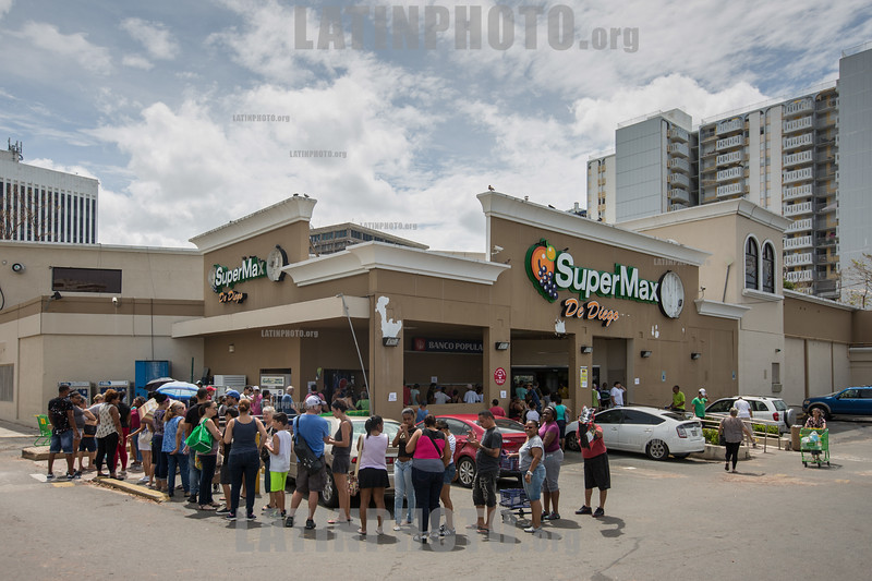 Puerto Rico : San Juan , PR. Locals line up in front of a supermarket in the Condado area after hurricane Maria hit the island / Hurricane Maria slams Puerto Rico / Puerto Rico : Hurrikan Maria verwüstet Puerto Rico © Rob Zambrano/LATINPHOTO.org