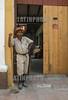 Cuba : Hombre en Trinidad - Santi Espíritus / Kuba : Arbeiter mit Besen vor einem Tor in Trinidad © Agustín Borrego Torres/LATINPHOTO.org