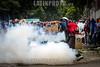 """Venezuela - Caracas 22 de julio, la Guardia Nacional Bolivariana dispara perdigones y hace la """"gestos""""con la mano durante la marcha de protesta al TSJ para intentar dispersar a los manifestantes. Hasta finales de horas de la tarde se presentaron fuertes enfrentamientos en varios sectores de la capital en otra jornada de manifestaciones contra el régimen de Nicolás Maduro y su llamado a una Constituyente. Protests in Caracas on July 22th against Nicolás Maduro regime / Venezuela :  Ausschreitungen am 22. Juli 2017 in Caracas - Demonstranten der Opposition  kämpfen auf der Strasse gegen den Polizeieinsatz der Regierung Maduros  - Tränengas © Leo Álvarez/LATINPHOTO.org"""