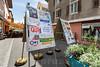 Abstimmungsplakate in der Altstadt von Moutier - Am 18. Juni 2017 werden die Stimmberechtigten von Moutier über die Kantonszugehörigkeit ihrer Gemeinde abstimmen © Patrick Lüthy/IMAGOpress.com