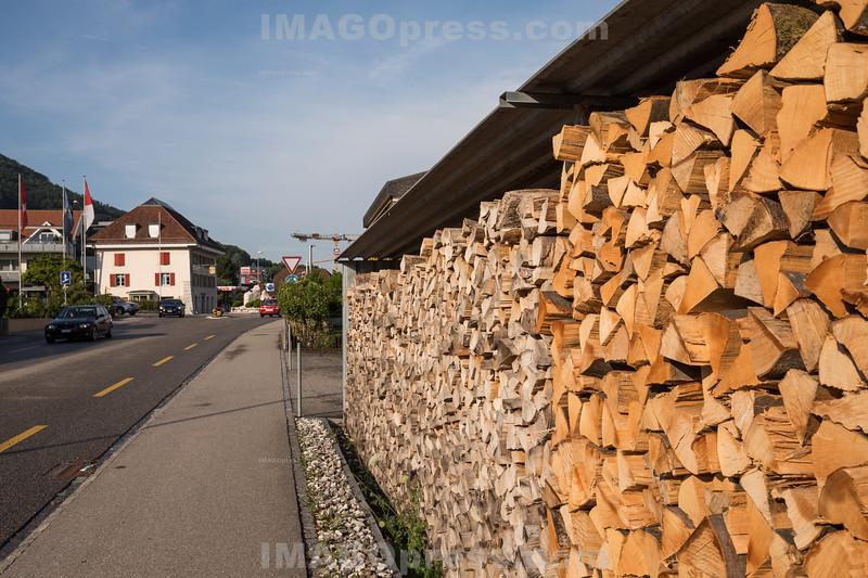 Brennholz bei einem Bauernhaus in der Gemeinde Egerkingen © Patrick Lüthy/IMAGOpress.com