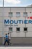 Passanten vor einem Schriftzug Moutier Coer de Jura in 2740 Moutier © Patrick Lüthy/IMAGOpress.com