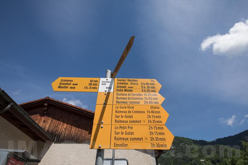 Wanderweg - Wegweiser in Corcelles © Patrick Lüthy/IMAGOpress.com