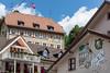 2740 Moutier - Berner Wappen und wehende Schweizer Fahne beim Regionalgericht © Patrick Lüthy/IMAGOpress.com