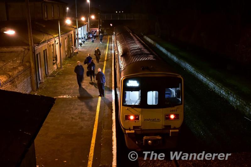 Passengers alight from the 1655 Limerick - Ballybrophy at Nenagh. Fri 01.12.17
