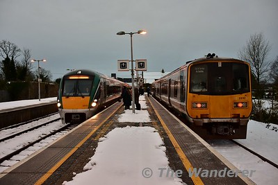 22037 arrives at a cold Ballybrophy with the 0740 Limerick - Heuston. 2810 + 2809 stand in the Bay Platform with the connection from the Nenagh Branch. Tues 12.12.17