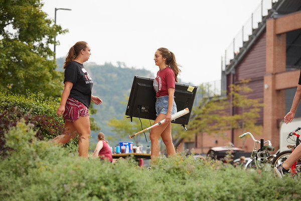 2018 UWL Fall Students Move in 0021