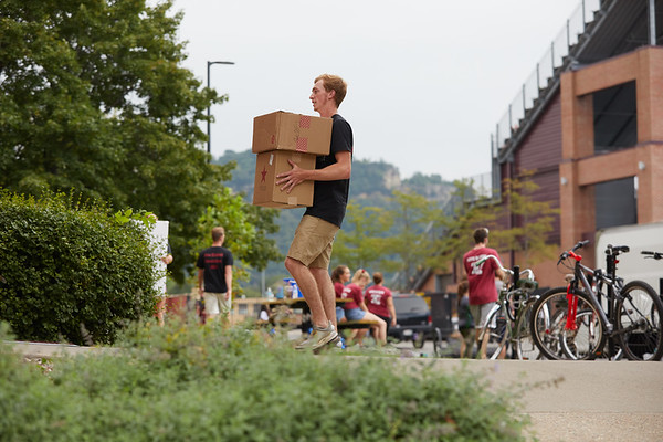 2018 UWL Fall Students Move in 0018