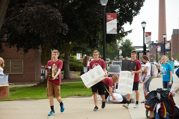 2018 UWL Fall Students Move in 0022