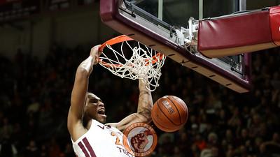 Kerry Blackshear Jr. dunks the ball after an open pass. (Mark Umansky/TheKeyPlay.com)