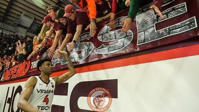 Nickeil Alexander-Walker high fives the front row of the student section after the game. (Mark Umansky/TheKeyPlay.com)